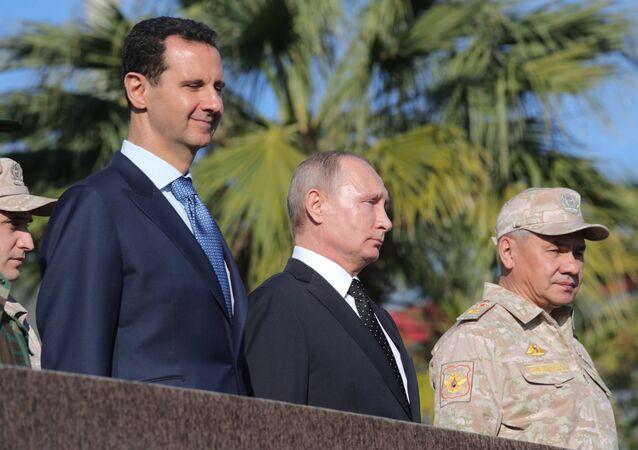 Vladimir Putin, Bashar Assad e ministro Difesa russo Sergey Shoigu alla base russa di Hmeymim in Siria (foto d'archivio)