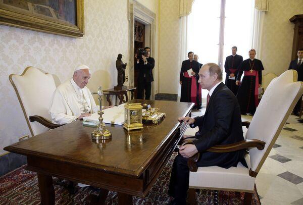 L'inizio del colloquio tra Papa Francesco e Vladimir Putin. - Sputnik Italia