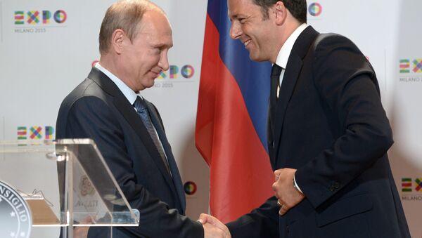 Stretta di mano tra Putin e Renzi - Sputnik Italia