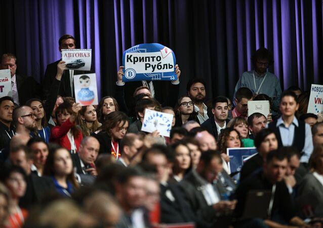 I giornalisti cercano di attirare l'attenzione del presidente Putin per rivolgere la loro domanda