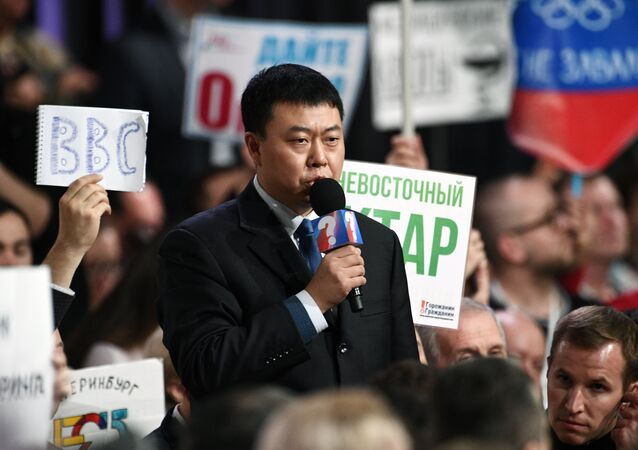 Un giornalista cinese rivolge la propria domanda al presidente Putin