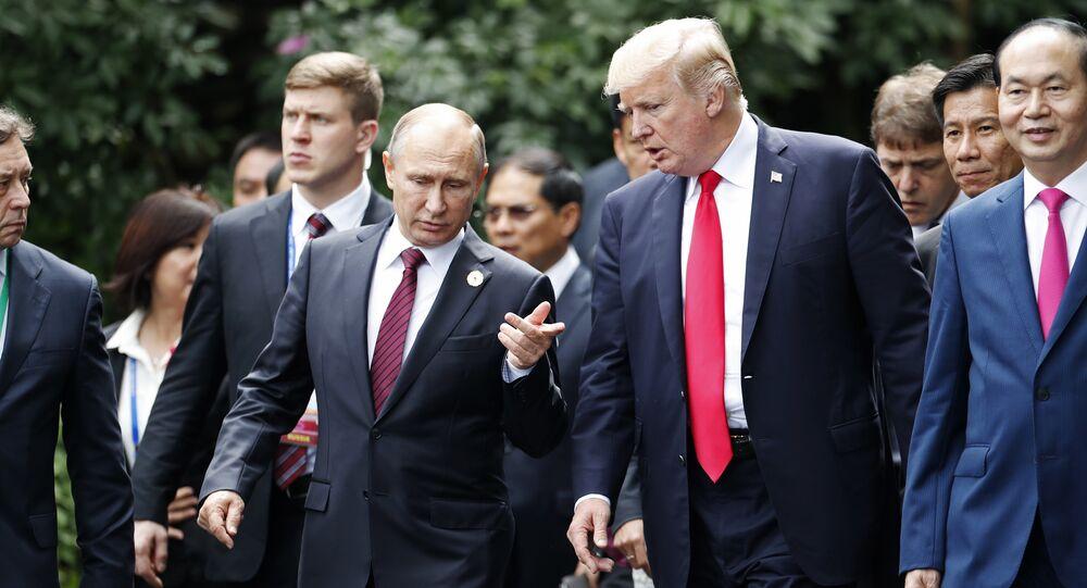 Il presidente russo Vladimir Putin e il presidente USA Donald Trump vanno a farsi fotografare al vertice APEC (foto d'archivio)