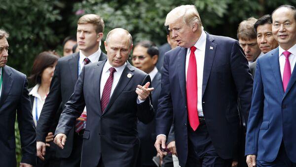 Il presidente russo Vladimir Putin e il presidente USA Donald Trump vanno a farsi fotografare al vertice APEC (foto d'archivio) - Sputnik Italia