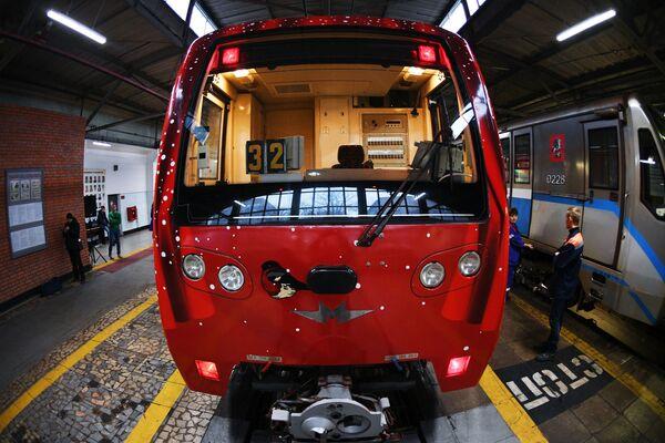 Viaggio nel Natale a bordo della metrò di Mosca - Sputnik Italia