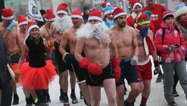 Buon Natale seminudo: Babbi Natale corrono nelle nevi di Novosibirsk. - Sputnik Italia