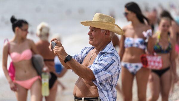 Un pensionato sulla spiaggia di Koktebel, in Crimea - Sputnik Italia