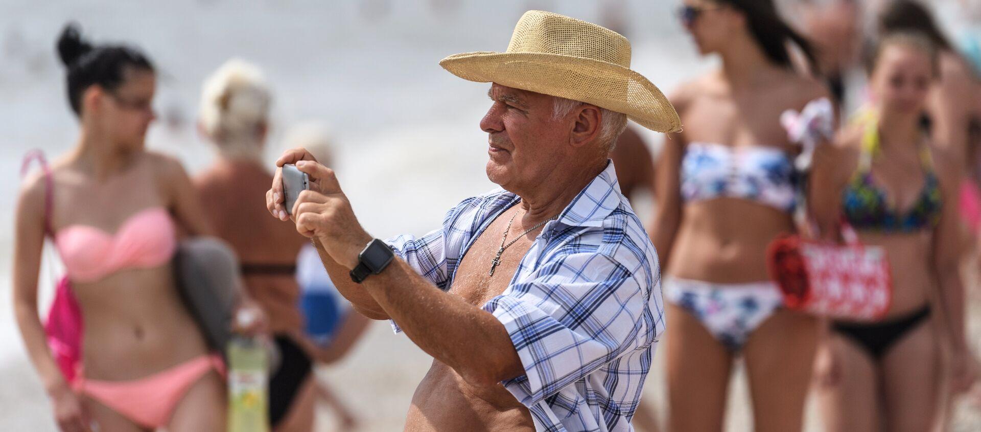 Un pensionato sulla spiaggia di Koktebel, in Crimea - Sputnik Italia, 1920, 02.09.2018