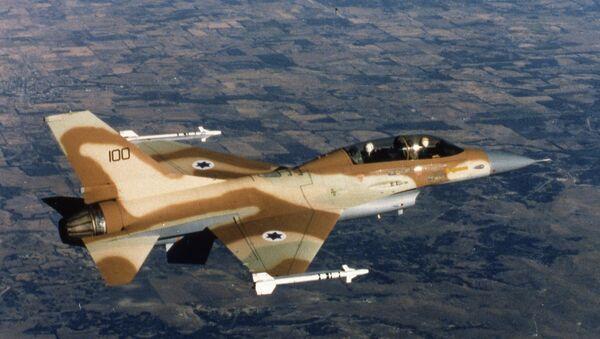 An Israeli Air Force F-16 jet fighter in flight over Israel 1980. - Sputnik Italia