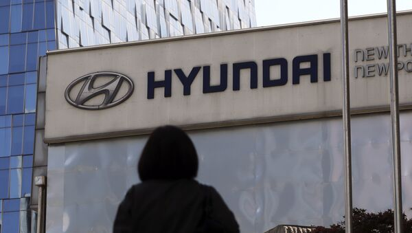 The logo of Hyundai Motor Co. is displayed at the automaker's showroom in Seoul, South Korea, Wednesday, April 26, 2017 - Sputnik Italia