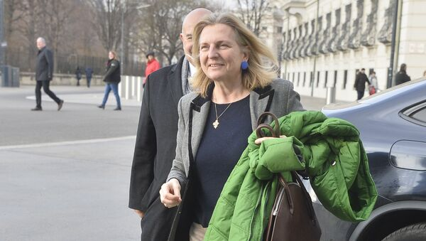 Designated Foreign Minister Karin Kneissl arrives for talks with Austria's President on December 17, 2017 at the Hofburg palace in Vienna - Sputnik Italia