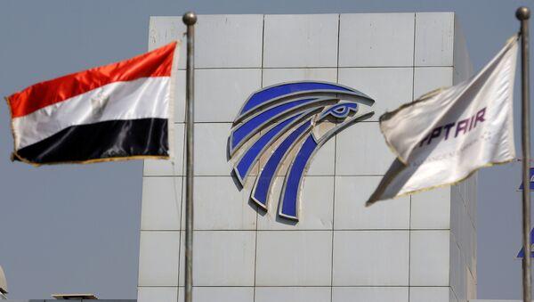 Le bandiere dell'Egitto e EgyptAir viste di fronta alla sede di EgyptAir all'aeroporto del Cairo. - Sputnik Italia