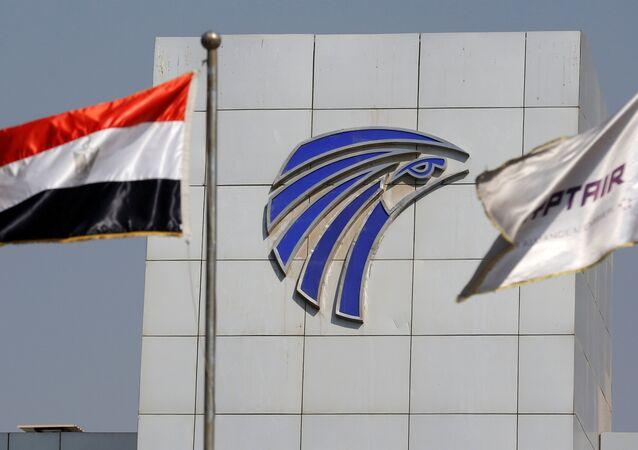 Le bandiere dell'Egitto e EgyptAir viste di fronta alla sede di EgyptAir all'aeroporto del Cairo.