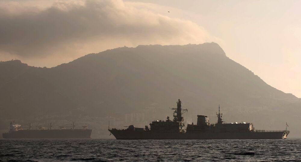 Nave della Marina britannica nel canale della Manica