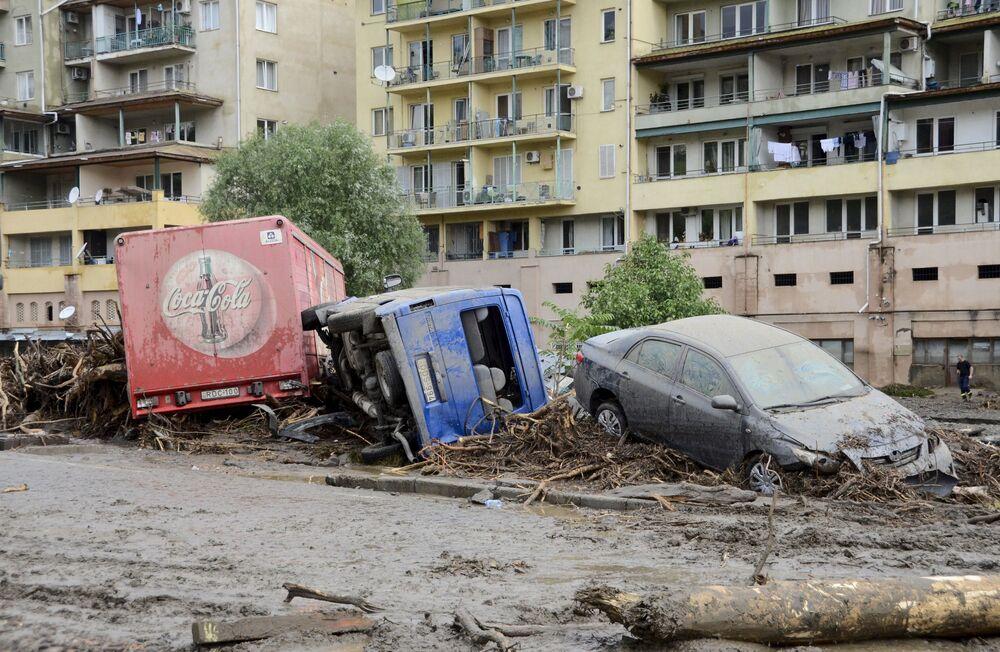 Macchine distrutte a causa dell'alluvione a Tbilisi.