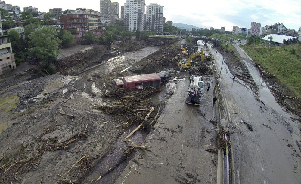 Operazioni di soccorso su una strada inondata a Tbilisi.