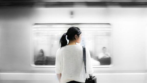 Una donna in metropolitana - Sputnik Italia