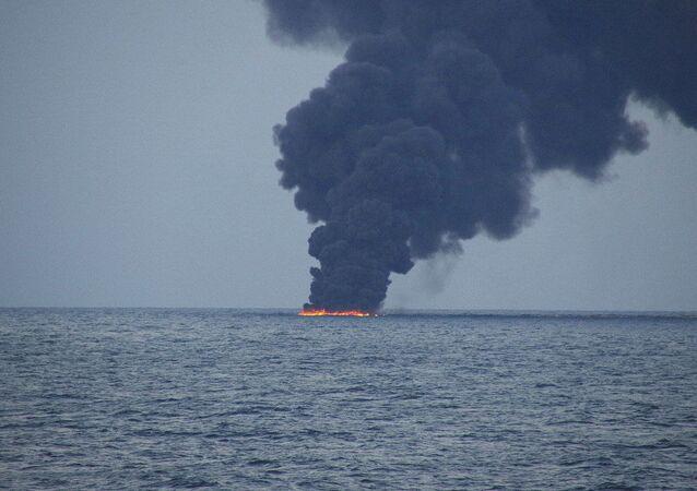 Rogo sulla petroliera Sanchi (foto d'archivio)