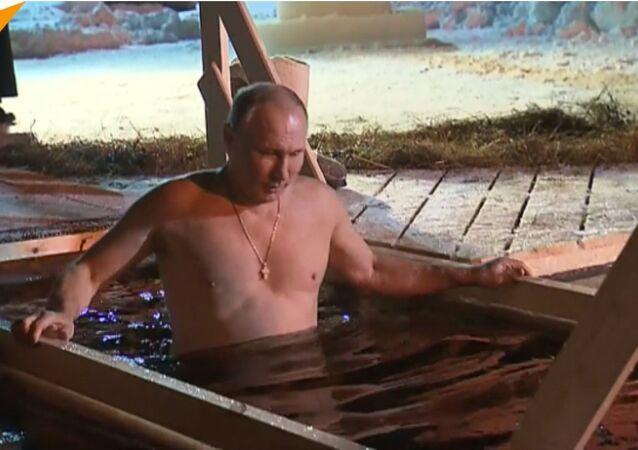 Il presidente russo fa il bagno per Santo Battesimo