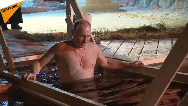 Il presidente russo fa il bagno per Santo Battesimo - Sputnik Italia