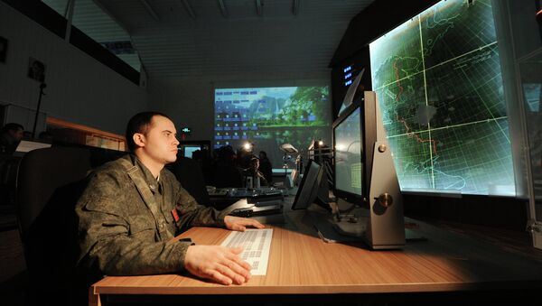 Officers with the 4th Brigade Air Defense (NORAD) air and space defense (ASD) forces in the combat control room in the Moscow region - Sputnik Italia