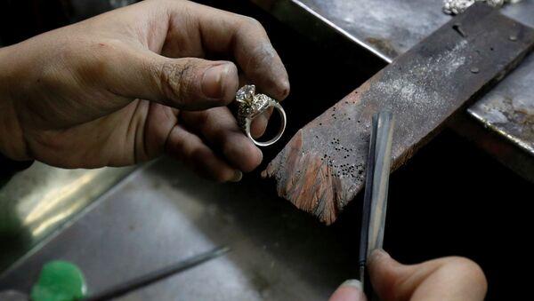 Изготовление серебряного кольца в мастерской в Ханое, Вьетнам - Sputnik Italia
