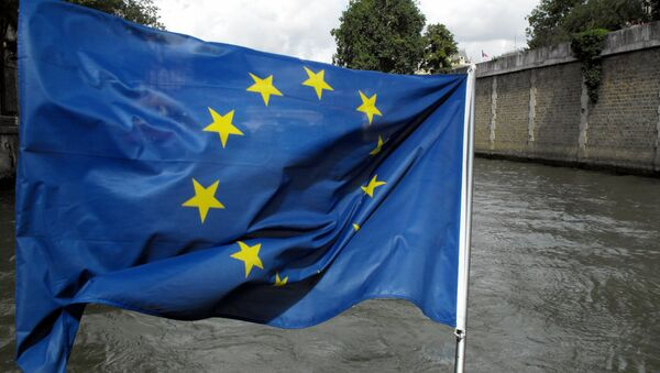 Soldati con la bandiera europea - Sputnik Italia