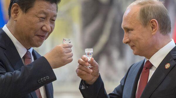 Vladimir Putin brinda con Xi Jinping - Sputnik Italia