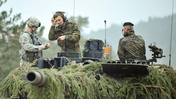 Deutsche Panzersoldaten und US-Militär bei Übungen in Hohenfels, Deutschland (Archivbild) - Sputnik Italia