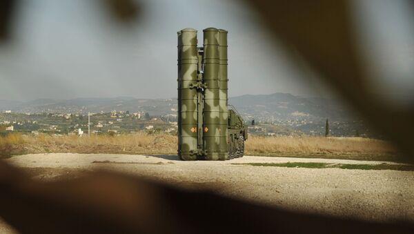 Зенитно-ракетный комплекс С-400 во время заступления на боевое дежурство на российской авиабазе Хмеймим для обеспечения безопасности полетов российской авиагруппы в Сирии - Sputnik Italia