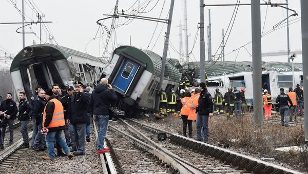 Rescue workers and police officers stand near derailed trains in Pioltello, on the outskirts of Milan, Italy, January 25, 2018 - Sputnik Italia