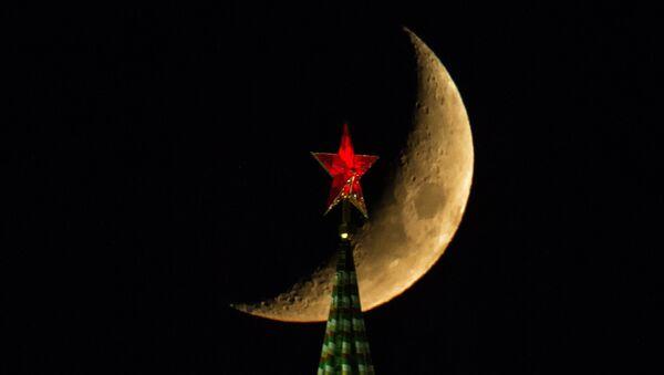 La vista della Luna e la Torre Spasskaya del Cremlino di Mosca - Sputnik Italia