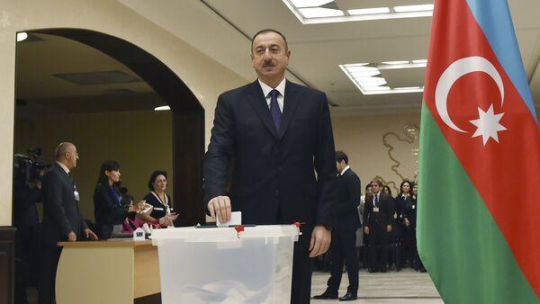 Azerbaijan's President Aliyev casts his ballot at polling station during parliamentary election in Baku - Sputnik Italia