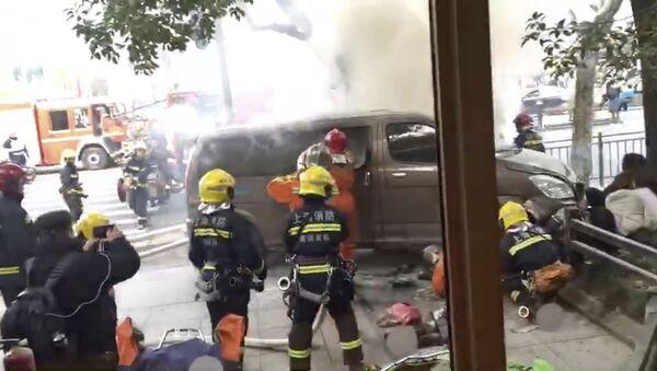 Un furgone è piombato contro una folla di pedoni fuori da un caffè Starbucks a Shanghai - Sputnik Italia