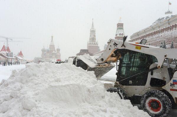 Gli operai del servizio pubblico puliscono dalla neve la Piazza Rossa di Mosca. - Sputnik Italia