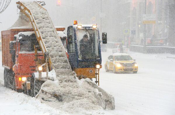 Gli operai del servizio pubblico puliscono le strade dalla neve a Mosca. - Sputnik Italia