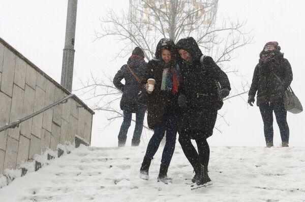 La gente durante la nevicata a Mosca. - Sputnik Italia