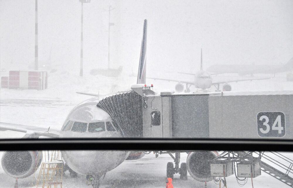 Le nevicate hanno disturbato il funzionamento degli aeroporti della capitale.
