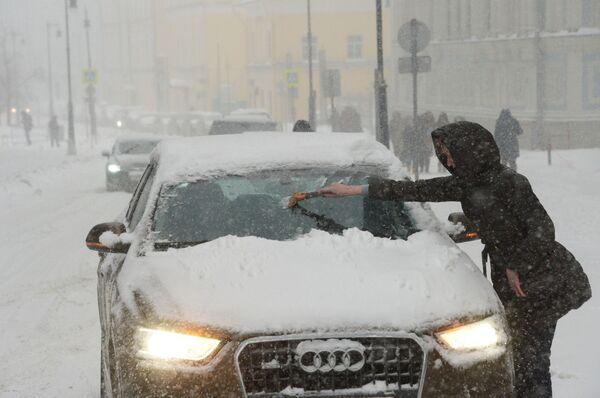 Una donna pulisce la sua automobile. - Sputnik Italia