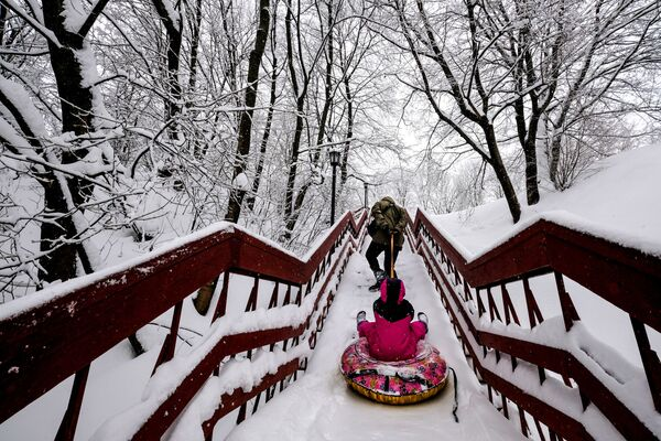 Disagi sulle strade, gioia sfrenata per i bambini che non vedevano l'ora di giocare con la neve. - Sputnik Italia