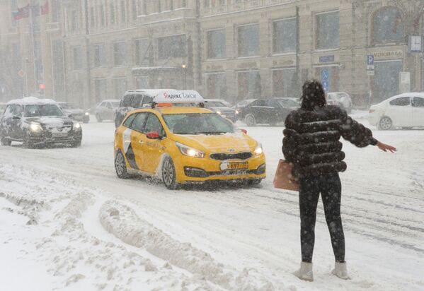 Durante la nevicata è difficile prendere un taxi. - Sputnik Italia
