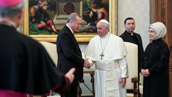 Pope Francis greets Turkish President Tayyip Erdogan and his wife Emine during a private audience at the Vatican, February 5, 2018 - Sputnik Italia