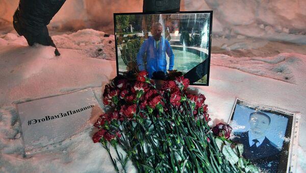 Цветы в память о погибшем летчике Романе Филиппове у здания Минобороны РФ - Sputnik Italia