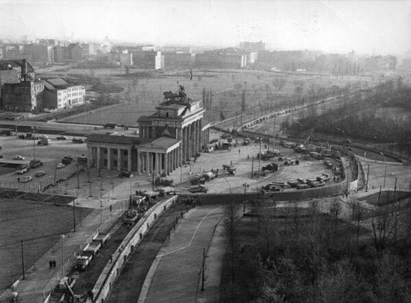 Il Muro di Berlino e la Porta di Brandeburgo - Sputnik Italia