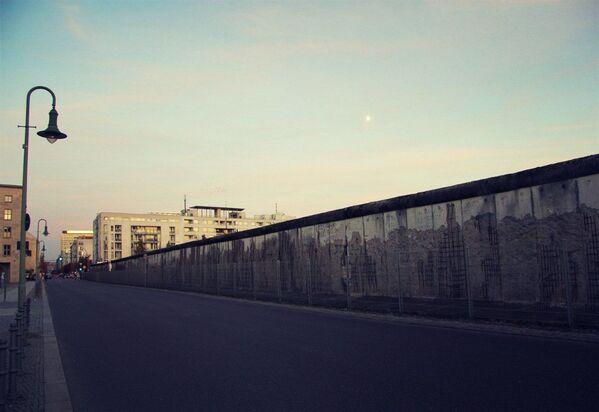 La veduta di oggi di una parte del Muro di Berlino nel centro di Berlino. - Sputnik Italia
