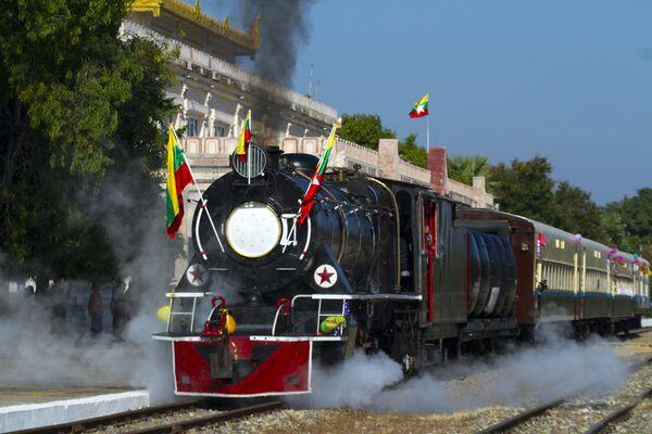 Una locomotiva a vapore a Bagan, Birmania. - Sputnik Italia