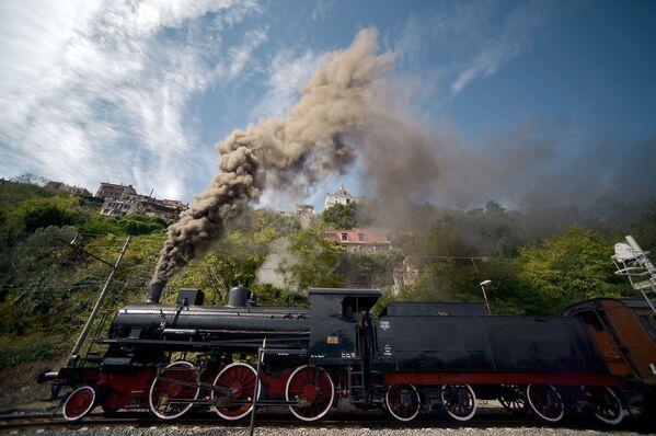 Una locomotiva parte dalla stazione di Città del Vaticano verso la stazione di Castel Gandolfo. - Sputnik Italia