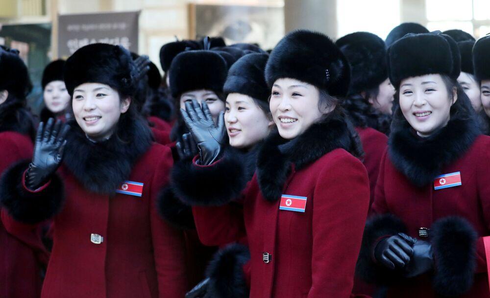 Le cheerleader nordcoreane arrivano alle Olimpiadi invernali 2018.