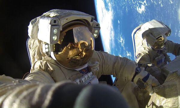 I cosmonauti di Roscosmos Anton Shkallerow e Aleksandr Misurkin nello spazio aperto. - Sputnik Italia
