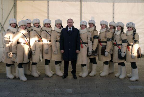Il presindente russo Vladimir Putin si fa fotografare con le partecipanti alle celebrazioni del 75-esimo anniversario della battaglia di Stalingrado. - Sputnik Italia