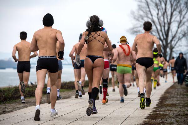 Partecipanti alla corsa in mutande in Serbia. - Sputnik Italia